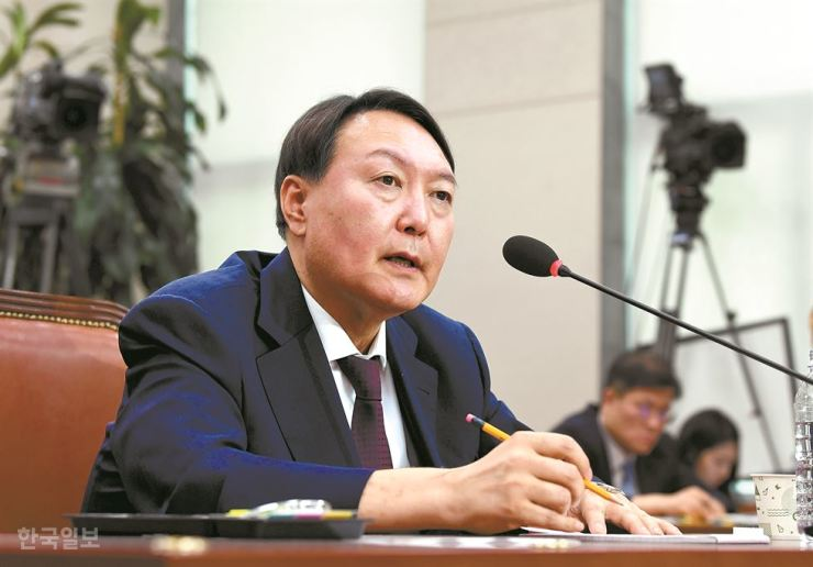 Yoon Seok-youl, the nominee for prosecutor general, answers lawmakers' questions during his confirmation hearing at the National Assembly in Seoul, Monday. Korea Times photo by Hong In-kee