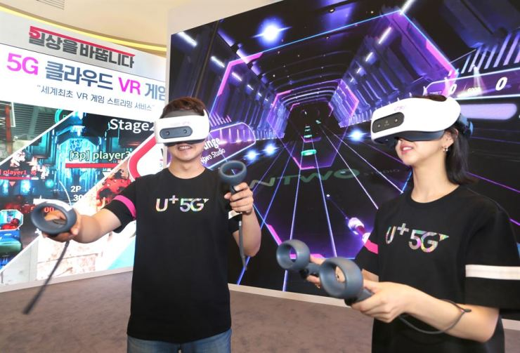 LG Uplus employees play a 5G-based cloud VR game at the company's head office in Seoul, Tuesday, ahead of its press conference that announced a plan to launch the service by the end of the year. / Courtesy of LG Uplus