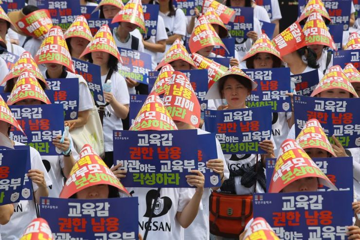 Parents of students at Sangsan High School in Jeonju, North Jeolla Province, protest against the regional education office's cancellation of its autonomous private high school license, calling on the Ministry of Education not to approve the cancellation, during a rally in front of the Government Complex Sejong, Wednesday. / Yonhap