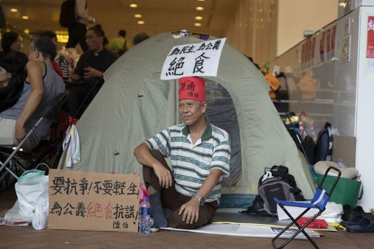 Chan Ki Kau, 72, on his fifth day of hunger strike at Admiralty Station protesting against the Hong Kong government's controversial extradition bill. The posters in Chinese say he is 'fighting for public righteousness.' The bill has been put on hold for now because of the huge backlash. College students have rejected the government's offer of a 'private meeting' between the authority and a selected group of students who oppose the bill. The students say such a meeting must be open to the public and demand a guarantee that student protesters will not be prosecuted. Korea Times photo by Choi Won-suk