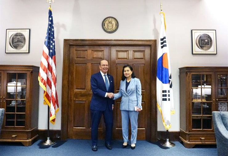 South Korean Trade Minister Yoo Myung-hee, right, met U.S. Commerce Secretary Wilbur Ross at Washington D.C., July 25. Courtesy of the Ministry of Trade, Industry and Energy