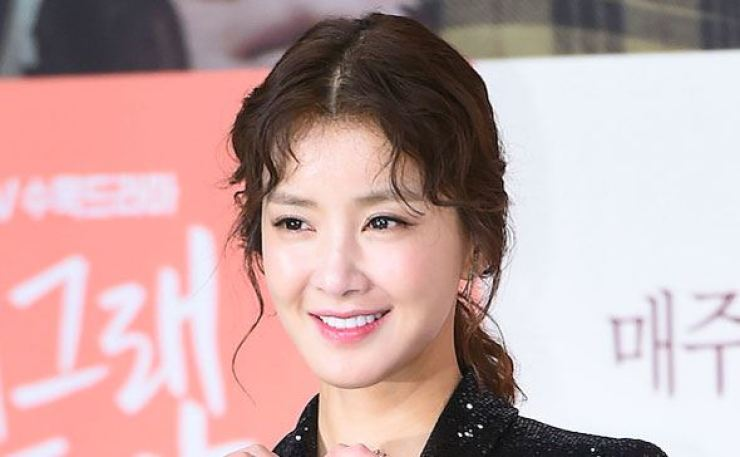 Actress Lee Si-young has joined the boycott campaign against Japan. Korea Times file