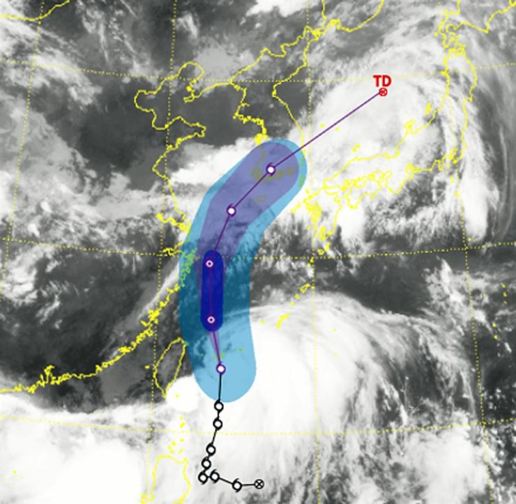 The predicted path of typhoon Danas, which is expected to hit the Korean Peninsula on Saturday. Yonhap