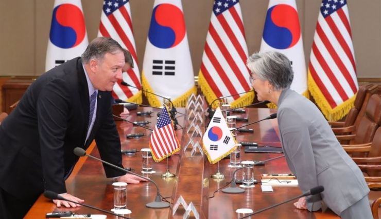 Foreign Minister Kang Kyung-wha, right, talks with U.S. Secretary of State Mike Pompeo before an expanded summit between South Korean President Moon Jae-in and U.S. President Donald Trump at Cheong Wa Dae in Seoul on June 30. Yonhap