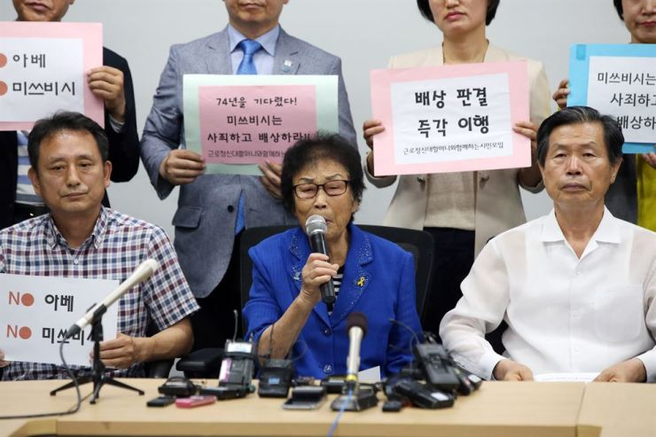 Yang Geum-deok, one of the five plaintiffs in the wartime forced labor compensation suit that won against Mitsubishi Heavy Industries last November, talks to reporters during a press conference at Gwangju City Council, Tuesday. Yonhap