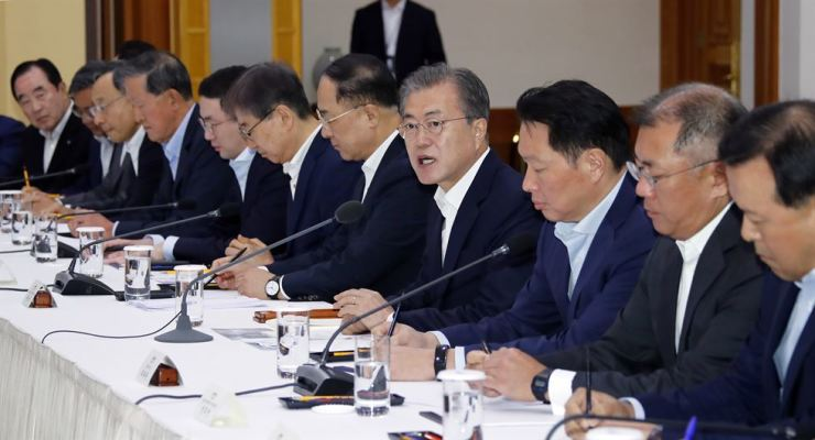 President Moon Jae-in speaks during a meeting with the leaders of the countries' top 30 conglomerates over Japan's export curbs at Cheong Wa Dae, Wednesday. From third from left are Mirae Asset Chairman Park Hyeon-joo, KT Chairman Hwang Chang-gyu, GS Group Chairman Huh Chang-soo, LG Group Chairman Koo Kwang-mo, Samsung Electronics Vice Chairman Yoon Boo-keun, Deputy Prime Minister Hong Nam-ki, Moon, SK Group Chairman Chey Tae-won, Hyundai Motor Group Executive Vice Chairman Chung Euisun and Lotte Vice Chairman Hwang Kag-gyu. Yonhap