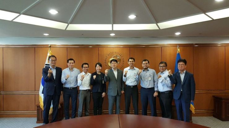 Financial Supervisory Service (FSS) First Senior Deputy Governor Yoo Kwang-yeol, center, poses with officials from Lao Securities Commission Office, Indonesia's Financial Services Authority and the FSS, at the FSS on Yeouido, Seoul, Tuesday. / Courtesy of FSS