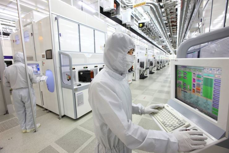 A Samsung Electronics employee works in the company's DRAM chip manufacturing line in Hwaseong, Gyeonggi Province. / Courtesy of Samsung Electronics