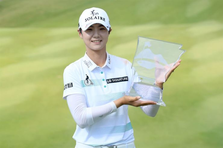 Park Sung-hyun of South Korea poses with the trophy after winning the Walmart NW Arkansas Championship Presented by P&G at Pinnacle Country Club in Rogers, Ark., Sunday. AFP-Yonhap