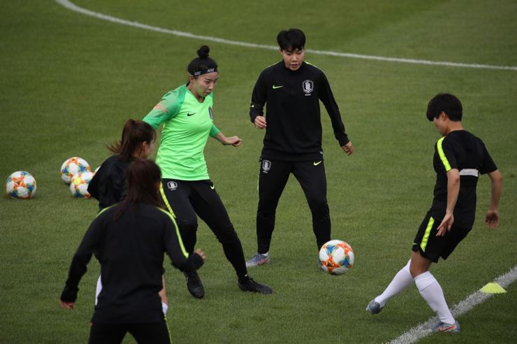 Lee Geum-min, second from right, practices for Women's World Cup 2019 at Stade Louis Boury in Gennevilliers, France in this June 3 file photo. Korea Times file