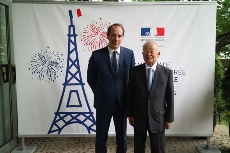 French Ambassador to Korea Fabien Penone, left, poses with Sohn Kyung-shik, chairman of CJ Group and also the Korea Employers Federation (KEF), during a reception at his residence to celebrate Bastille Day, July 13. The French National Day marks revolutionaries' storming of the Bastille fortress, July 14, 1789. The incident signaled the start of the French Revolution. / Embassy of France