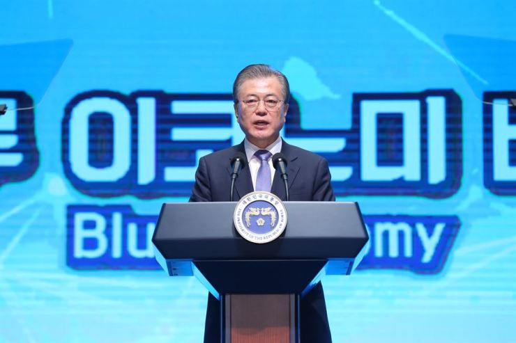 President Moon Jae-in speaks during an event at the headquarters of the South Jeolla provincial administration in Muan, Friday. The event was organized to promote the region's 'blue economy' strategy for rebuilding the region as a hub of tourism and new industries. Yonhap