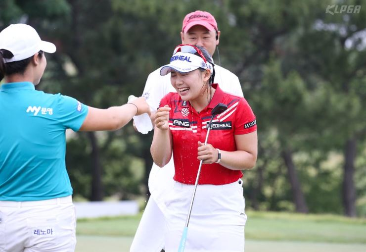Lee Da-yeon, right, is doused with water in celebration after winning the Asiana Airlines Open in Weihai, Shandong, China, Sunday. Yonhap