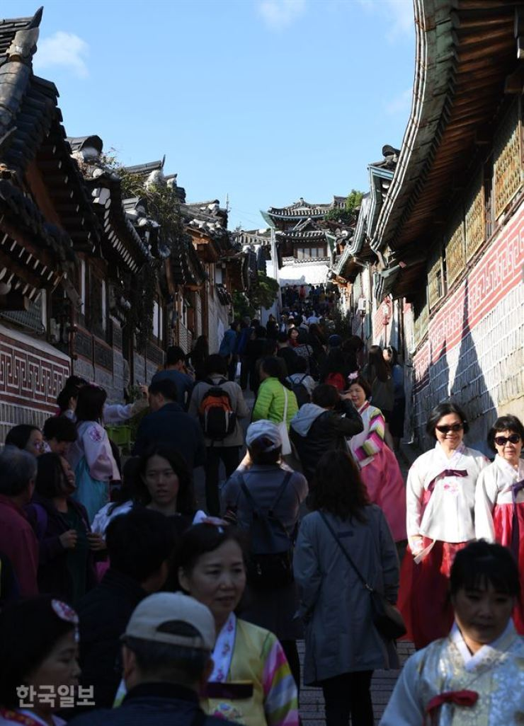 Tourists mill about in Bukchon Hanok Village, one of the most popular tourist destinations in Seoul. Korea Times file