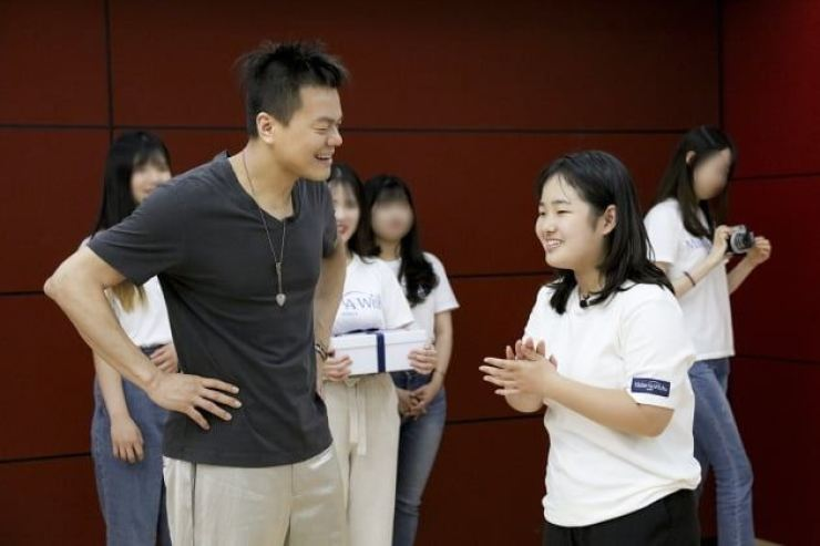 JYP talks to Kim Ha-eun, a teenage leukemia patient, at JYP Entertainment on June 28. Courtesy of JYP Entertainment