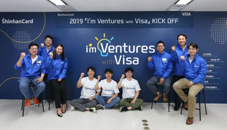 Shinhan Card's management planning group head Moon Dong-kwon, second from right, and Visa Korea Vice President Lee Joo-yun, third from left, pose with heads of startups and leaders of Shinhan Card's in-house ventures at Shinhan Card headquarters in Seoul, Monday. Shinhan Card said Tuesday it started the '2019 I'm Ventures with Visa' program to nurture startups and its in-house ventures. / Courtesy of Shinhan Card