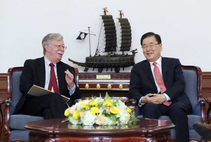 National Security Office chief Chung Eui-yong, right, meets with his U.S. counterpart John Bolton at Cheong Wa Dae, Wednesday. Yonhap