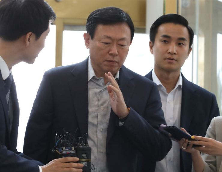 Lotte Group Chairman Shin Dong-bin dismisses reporters' questions as he walks into Lotte World Tower in Jamsil, Seoul, for a meeting with the presidents of Lotte units, Tuesday. Yonhap