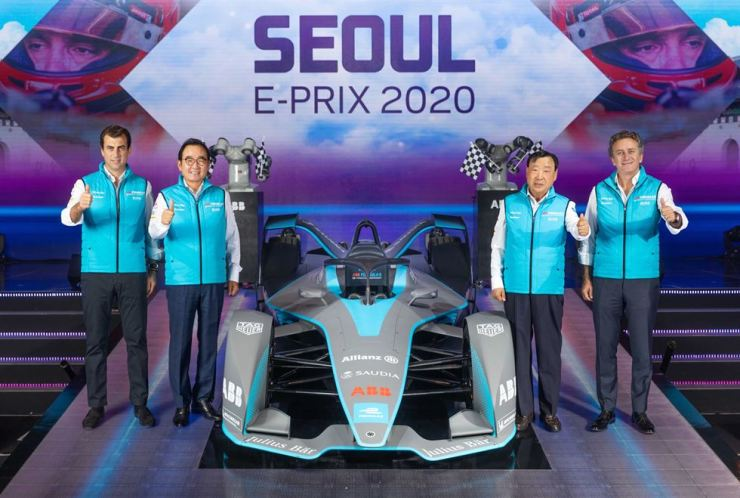 Founder and CEO of Formula E Alejandro Agag, right, poses with Seoul E-Prix 2020 Organizing Committee Chairman Lee Hee-beom, second from right, and other members of the organizer at a press conference held at Hotel Shilla in Seoul, Tuesday. Courtesy of Formula E Korea