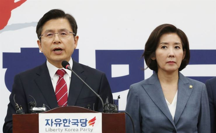 Hwang Kyo-ahn, chairman of the main opposition Liberty Korea Party, speaks to reporters at the National Assembly in Seoul, Monday. The party's floor leader Na Kyung-won is next to him. Yonhap