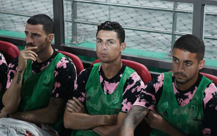 Cristiano Ronaldo, center, warms the bench during a friendly match between Juventus and K League All-Stars at Seoul World Cup Stadium, Friday. Following the football star's no-show in the match which broke agreements with the event organizer, nearly 80 percent of Korean fans said they would not cheer for him again, according to a survey, Wednesday. / Korea Times photo by Hong Yoon-ki