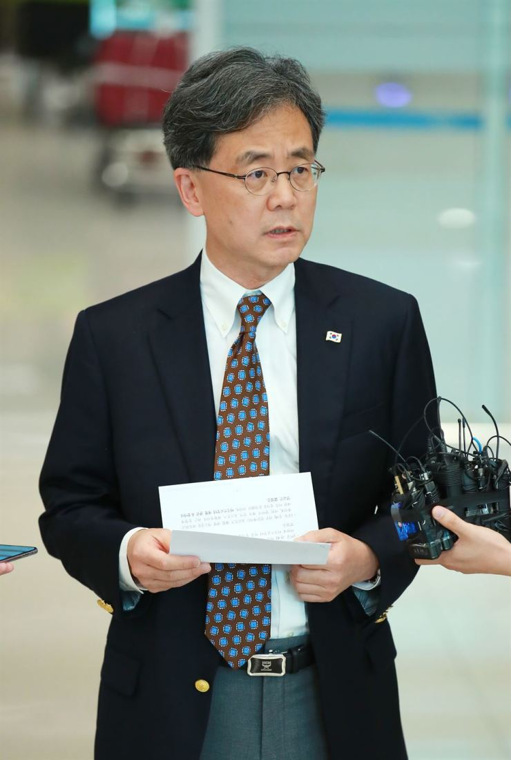 Kim Hyun-chong, second deputy chief of the presidential National Security Office (NSO), speaks to reporters at Incheon International Airport, Sunday, after returning from Washington, D.C.  Yonhap