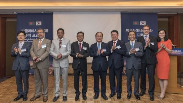 Export-Import Bank of Korea project finance division director Yang Hwan-joon, fifth from left, applauds with Bangladesh's government officials during the Bangladesh Infrastructure Investment Promotion conference at Lotte Hotel in Seoul, Wednesday. / Courtesy of Export-Import Bank of Korea