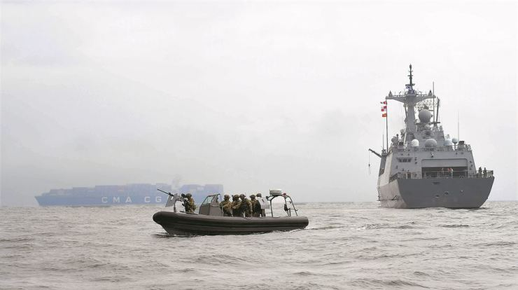 A rigid inflatable boat of the South Korean Navy's Cheonghae Unit, right, carries out an anti-piracy naval exercise, Friday, in waters off Geoje Island, South Gyeongsang Province. Yonhap