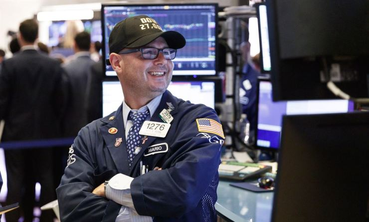 A trader wears a hat saying 'Dow 27,000' work on the floor of the New York Stock Exchange at the Closing Bell in New York City, the United States, July 11. The Dow Jones industrial average closed over 27,000 for the first time ever on the same day at 27,088. EPA