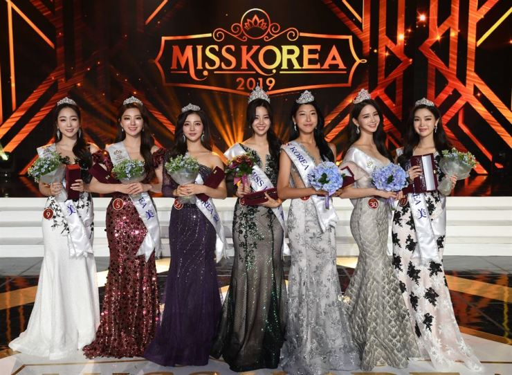 The 2019 Miss Korea winner Kim Sae-yeon, center, poses with the runners up during the pageant held in the Grand Peace Hall at Kyung Hee University, Seoul, Thursday. From left are Lee Da-hyun, Lee Hye-ju, Shin Yoon-ah, Kim, Woo Hee-jun, Lee Ha-nuey and Shin Hye-ji. /Korea Times photo by Hong In-kee