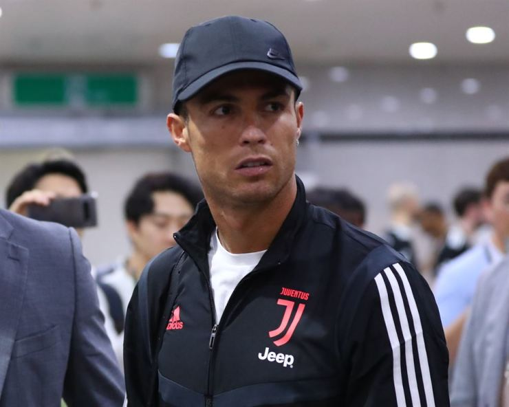 Cristiano Ronaldo leaves Seoul World Cup Stadium last Friday, after benching in an exhibition match between Juventus FC and K League All-Stars. Yonhap