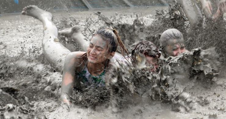 Tourists enjoy the Boryeong Mud Festival on Daecheon Beach at Boryeong in South Chungcheong Province, Friday. Yonhap