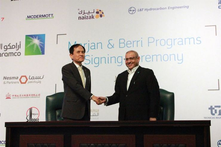 Hyundai E&C Executive Vice President of Plant Division Lee Won-woo, left, shakes hands with Saudi Aramco Vice President of Project Management Fahad E. Al-Helal after signing a contract for the Marjan incremental development project at Saudi Aramco's headquarters in Dhahran, Saudi Arabia, Tuesday. / Courtesy of Hyundai E&C