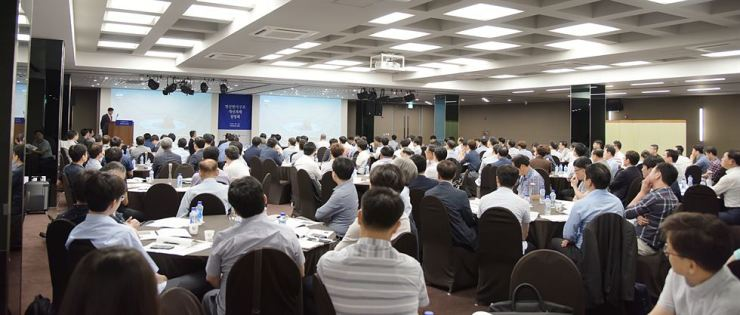 Defense industry officials attend a presentation of the Defense Acquisition Program Administration (DAPA)'s reform plans on a cost accounting system together with Samil PwC, the research service company, Monday, at Sejong Center in Seoul. Courtesy of DAPA