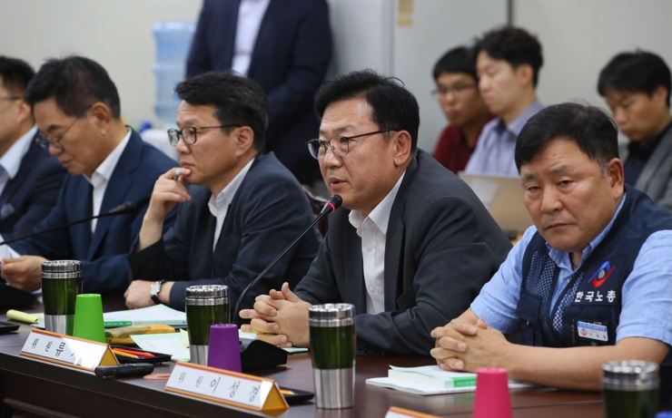 Unions and business representatives discuss next year's minimum wage during a meeting of the Minimum Wage Commission at the Government Complex Sejong, Wednesday. Yonhap