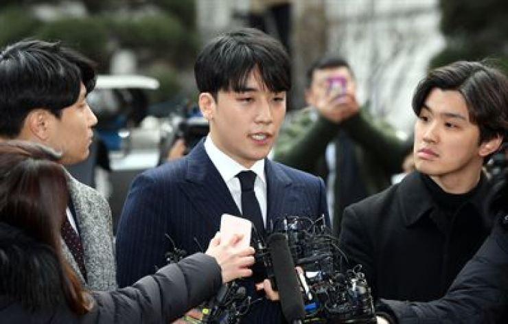 Former BIG BANG member Seungri answers reporters' questions when entering the Seoul Metropolitan Police Agency to be questioned over his alleged irregularities involving a nightclub in this March photo. / Korea Times file