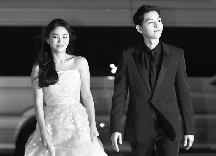 Actors Song Hye-kyo, left, and Song Joong-ki enter the Kyung Hee University Peace Hall together for the Baeksang Arts Awards in this June 2016 file photo. The two married the next year. Husband Song filed for divorce last week, after less than two years of marriage. / Korea Times file