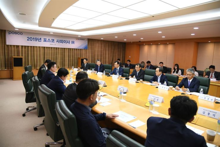 POSCO executives, outside directors and institutional shareholders discuss during an investor relations meeting at POSCO Center in Seoul, Monday. Courtesy of POSCO