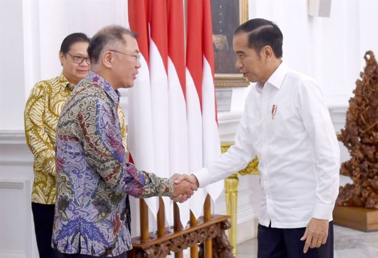 Hyundai Motor Group Executive Vice Chairman Chung Euisun, left, shakes hands with Indonesian President Joko Widodo during their meeting in Jakarta, Thursday. Courtesy of Hyundai Motor Group
