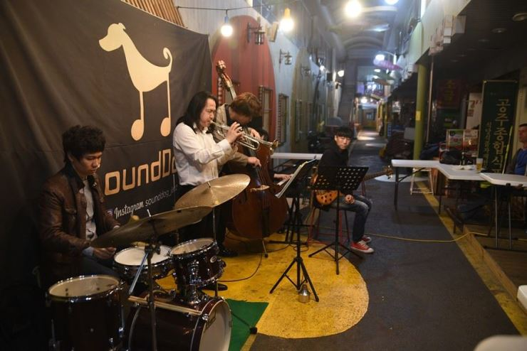 A quartet led by trumpeter Kim Ye-jung performs in the corridor of Huam Market in front of SoundDog jazz bar in Yongsan-gu, Seoul, Oct. 25, 2018. / Korea Times photo by Jon Dunbar