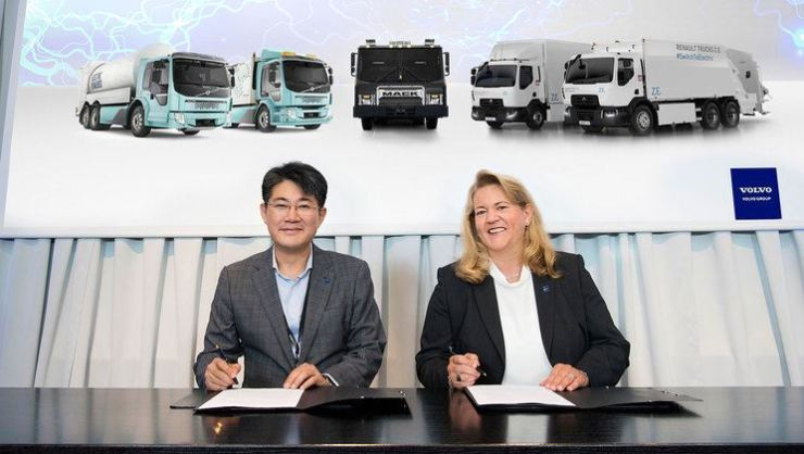 Samsung SDI Executive Vice President Kim Jeong-wook, left, and Volvo Group Chief Purchasing Officer Andrea Fuder sign an agreement on the two companies' strategic alliance for the former to develop battery packs for the latter's electric trucks in Gothenburg, Sweden, July 11. Courtesy of Volvo Group