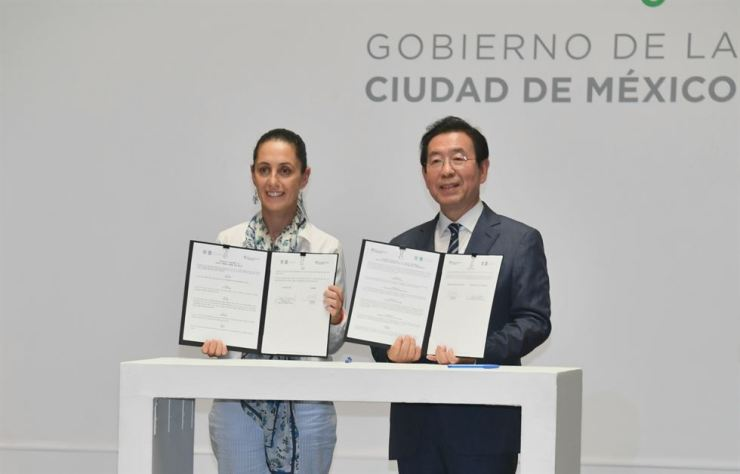 Seoul Mayor Park Won-soon, right, and Mexico City Mayor Claudia Sheinbaum hold up an MOU at Mexico City's City Hall, Tuesday, pledging to strengthen cooperation on urban issues. The two cities will also work together to organize the 2020 Global Social Economy Forum (GSEF) in Mexico City. / Courtesy of Seoul Metropolitan Government