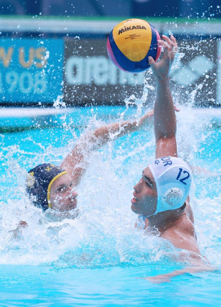 Song Jae-hoon of South Korea, right, takes a shot against Kazakhstan in the men's water polo 13th-16th place semifinals match at the 2019 FINA World Championships at Nambu University Water Polo Competition Venue in Gwangju, Sunday. Yonhap