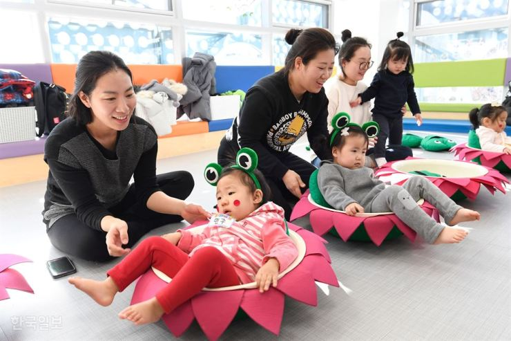 Over 40 percent of mothers quit their career for childcare, a study showed, Tuesday. Korea Times file