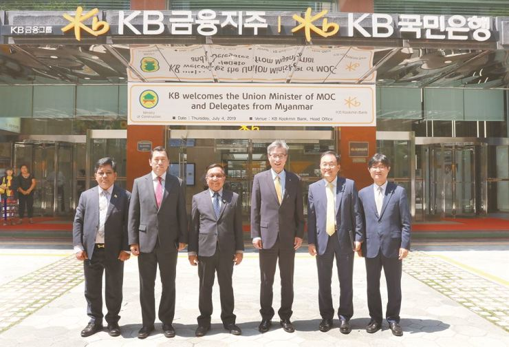 KB Kookmin Bank CEO Hur Yin, third from right, poses with Myanmar's ambassador to Korea U Thant Sin, second from left, Myanmar's Construction Minister Han Zaw, third from left, and other officials in front of the bank's headquarters on Yeouido, Seoul, July 4. They have agreed to foster cooperation and exchanges in the area of housing finance. Courtesy of KB Kookmin Bank