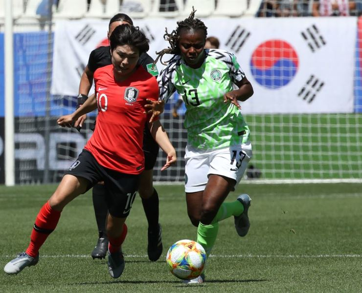 Ji So-yun, left, chases the ball against Ngozi Okobi of Nigeria during a Group A match at the FIFA Women's World Cup at Stade des Alpes in Grenoble, France, on June 12. Korea Times file