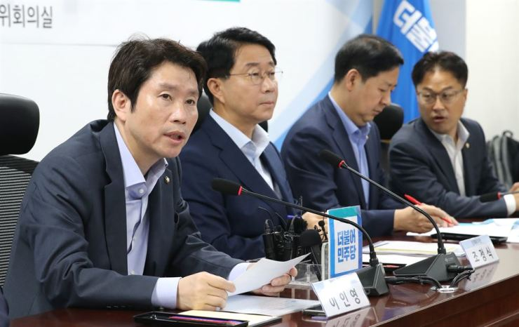 Rep. Lee In-young, left, floor leader of the ruling Democratic Party of Korea speaks during a party meeting at the National Assembly, Thursday. Yonhap