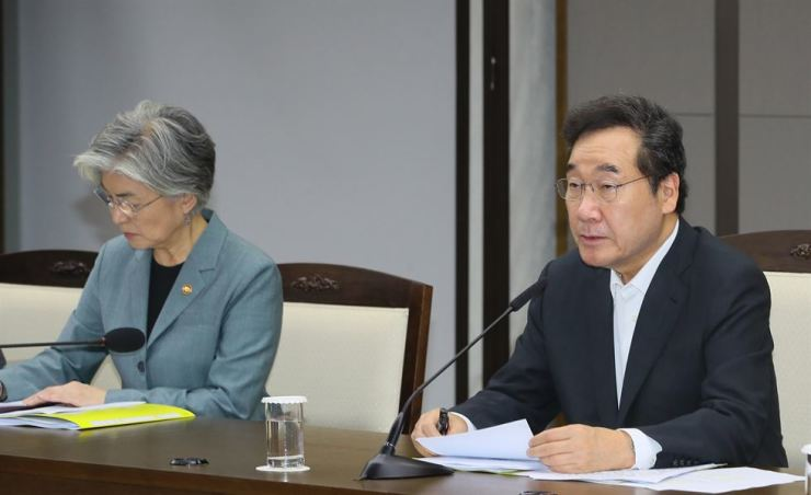 Prime Minister Lee Nak-yon, right, speaks in a meeting with Foreign Minister Kang Kyung-wha and other senior government officials at the Government Complex in Sejong, Thursday. Yonhap