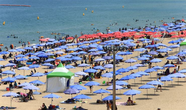 Seokcho Beach in Gangwon Province on Saturday. Yonhap