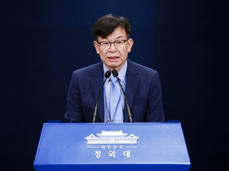 Kim Sang-jo, the presidential chief of staff for policy, delivers President Moon Jae-in's apology for not able to fulfill a key election pledge to raise minimum wage to 10,000 won within his term at a briefing in Cheong Wa Dae, Sunday. Yonhap